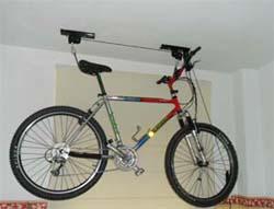 Como colgar una bicicleta en el techo – Mesa para la cama